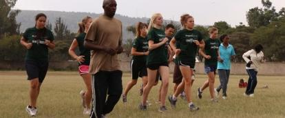 Amantes de los deportes calentando durante nuestro voluntariado deportivo en Kenia.